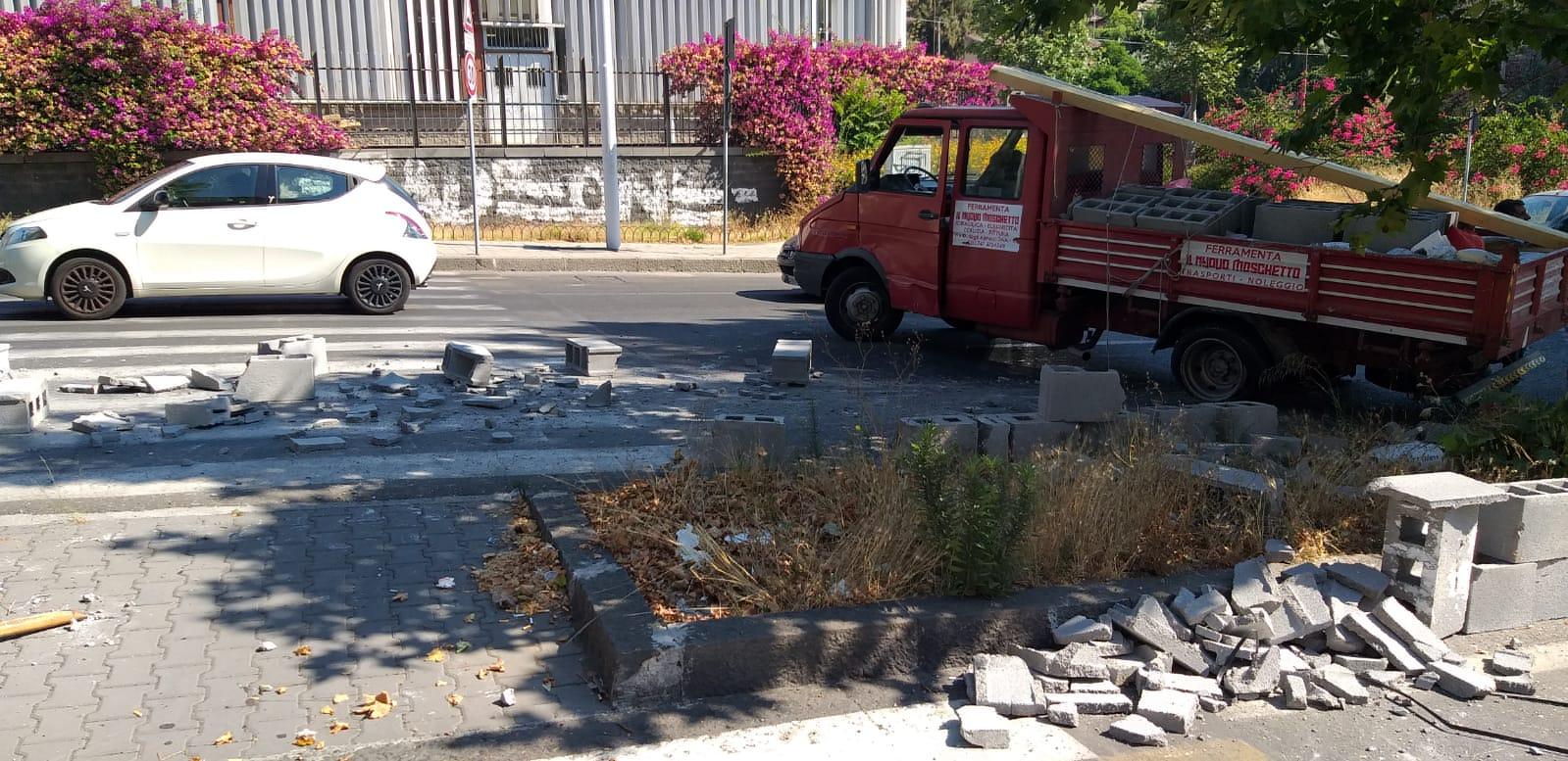 Guasto ai freni, camion contro auto in corsa: ecco cosa è accaduto alla Circonvallazione di Catania