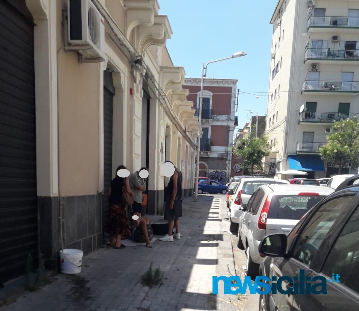Catania, extracomunitari fanno i bisogni per strada e importunano la gente: l'appello disperato di commercianti e residenti – FOTO