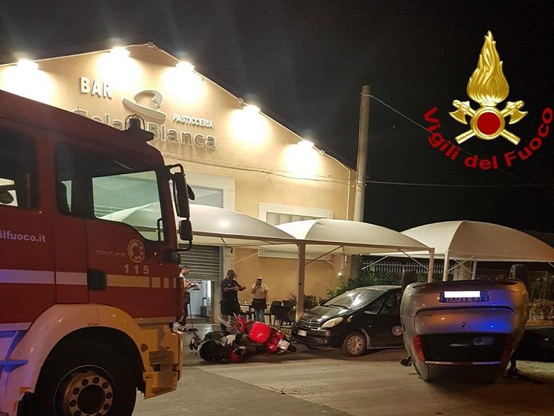 Incidente in piena notte, tampona auto e due scooter e si ribalta: 22enne salvata dai vigili del fuoco – FOTO