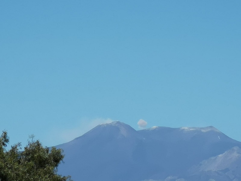 Pennacchi di cenere e linee di degassamento fuoriescono dall'Etna: attività nella norma