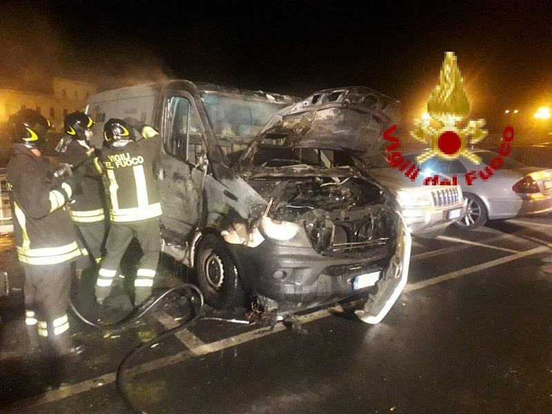 Furgone in fiamme nella notte, danneggiata una vettura parcheggiata: non si esclude l'origine dolosa