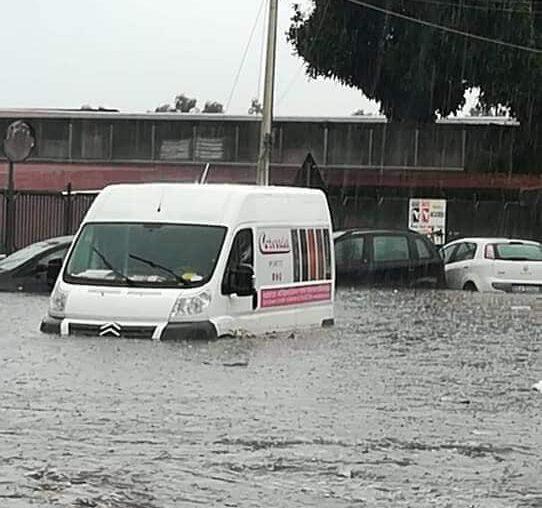 Catania e provincia piegate dalla pioggia, le strade sono fiumi in piena: auto sommerse – FOTO
