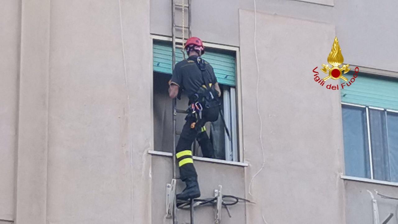 Malore in casa, l'intervento dei vigili del fuoco per salvare un uomo: le FOTO e il VIDEO
