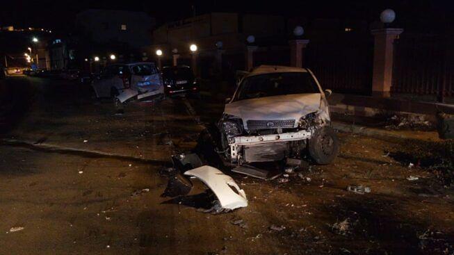 Tre 20enni a bordo di una Fiat Punto si schiantano contro auto in sosta: due trasportati in ospedale
