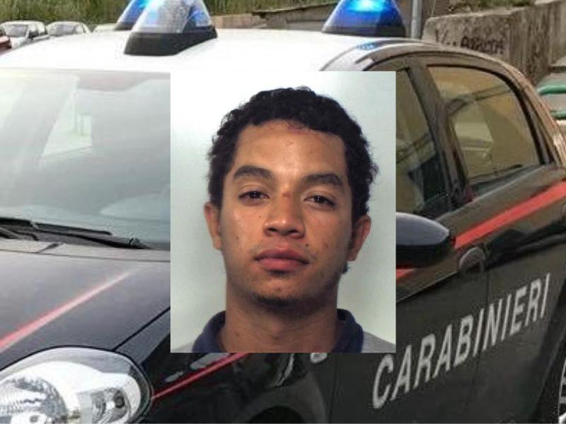"""Tensione ad Aci Castello, extracomunitario aggredisce due giovani e danneggia auto. """"Non mi potete fare nulla"""""""