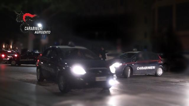 Rissa nella notte in strada, scazzottata  tra giovani: due feriti e denunciati
