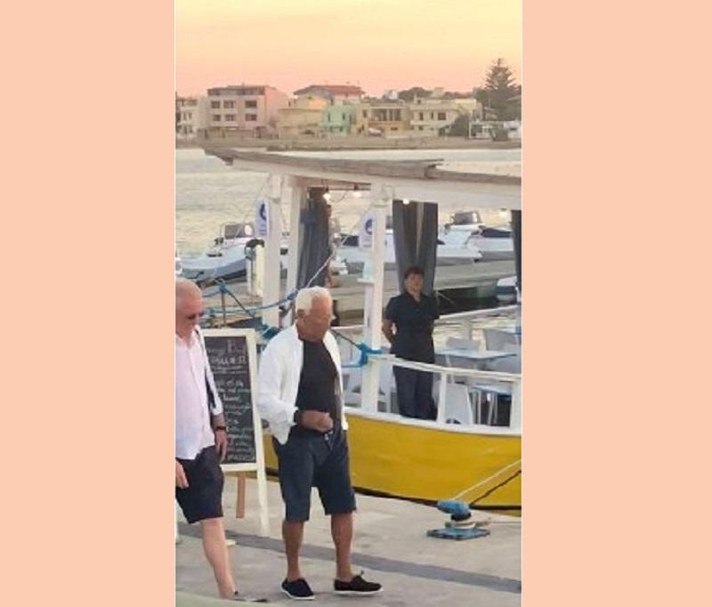 """Giorgio Armani continua il tour della Sicilia: """"paparazzato"""" tra le strade di Marzamemi al tramonto"""