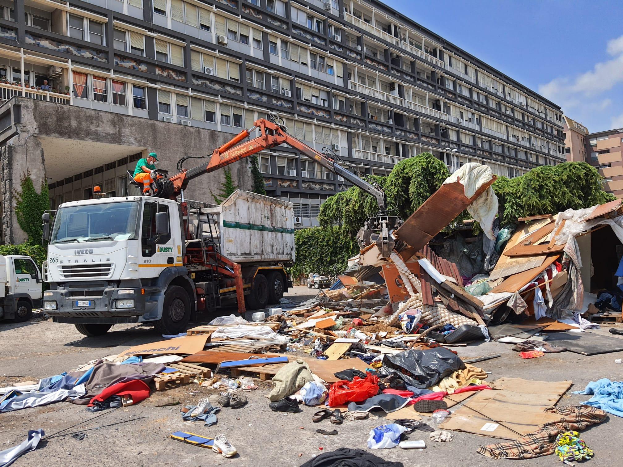 Catania, liberata l'aria privata vicina a piazza della Repubblica: sgomberate 8 tonnellate di rifiuti