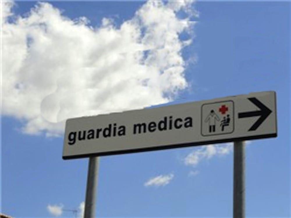Entra in guardia medica, pretende di essere visitato subito e aggredisce dottoressa: 51enne dovrà scontare 10 mesi di reclusione