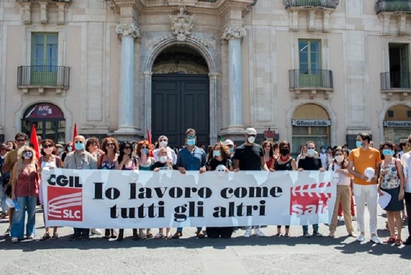 """Catania, flash mob degli artisti in piazza Università: """"Io lavoro come tutti gli altri!"""" – FOTO"""