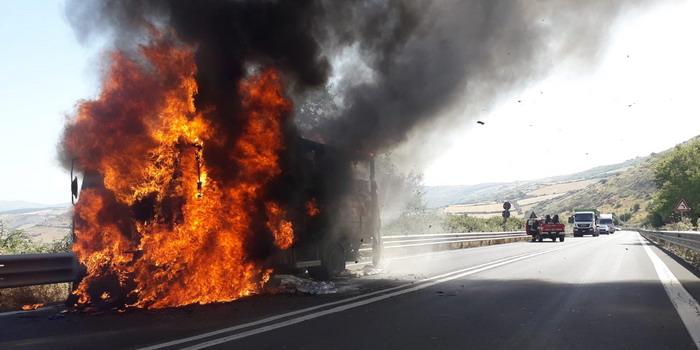 """Autocarro """"divorato"""" dalle fiamme sulla Ragusa-Catania: vigili del fuoco in azione"""