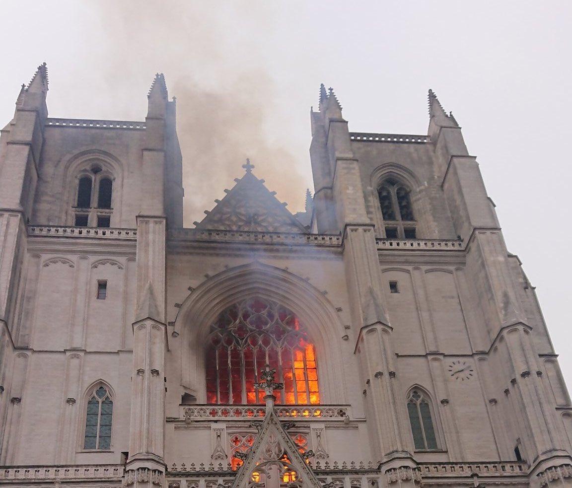 """Fiamme nella cattedrale gotica di Nantes. Il procuratore: """"Ritrovati almeno tre inneschi""""- IL VIDEO"""