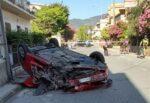Seat si ribalta dopo lo scontro contro un muretto e un'auto: conducente in ospedale, traffico in tilt