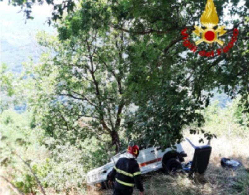 Perde il controllo della jeep e va a finire in una scarpata: uomo trasportato in ospedale, illesa la moglie