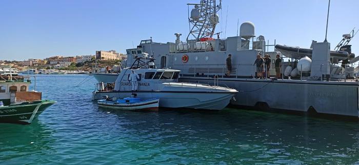 """Quattro mila dinari per arrivare a Lampedusa, fermati 23 tunisini: sequestrata """"nave madre"""""""