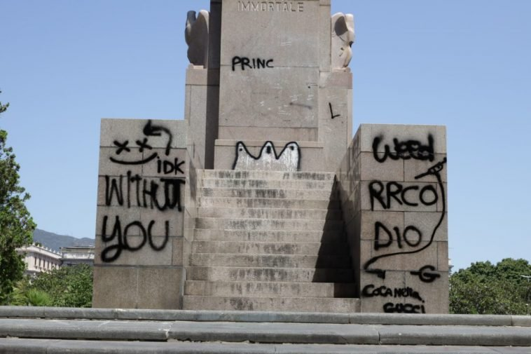 Imbrattato Monumento ai caduti, nei guai due 13enni: incastrate dalle telecamere