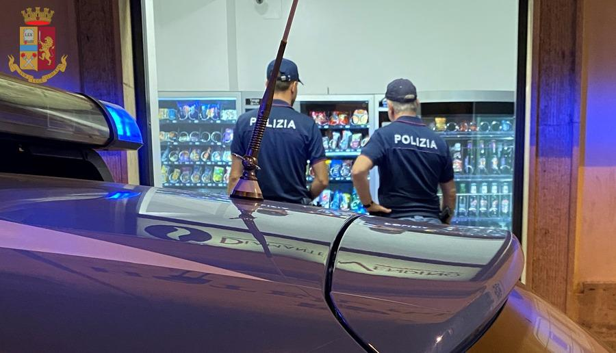 """Sequestrato distributore """"delle meraviglie"""", vendeva alcolici senza limiti di età e orario: multa salatissima per il proprietario"""