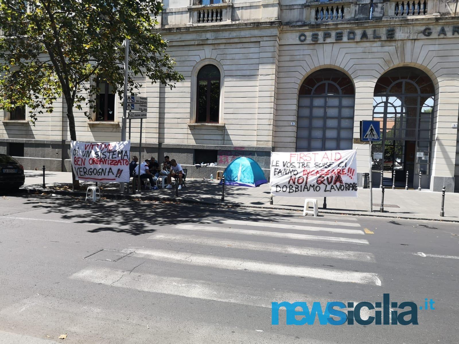Catania, continua la protesta degli ex autisti-soccorritori davanti al Garibaldi: lunedì data ultima per trovare una soluzione