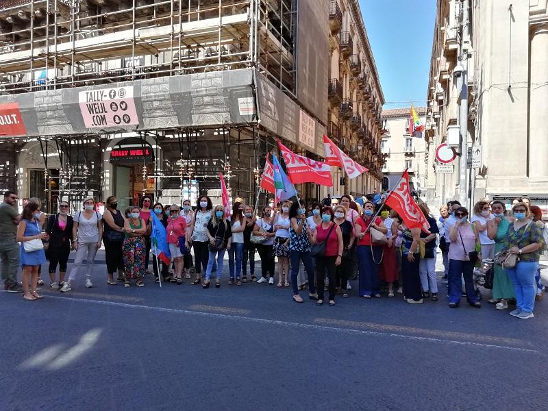 Catania, protesta degli operatori che assistono i portatori di handicap: presidio davanti alla Prefettura
