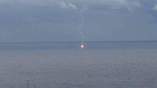 Motore in avaria, lanciano un segnale con un razzo rosso: Guardia Costiera salva 3 diportisti