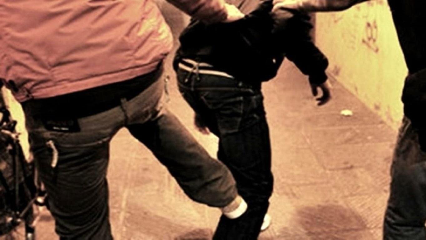 Picchia a sangue 25enne con l'aiuto del figlio minorenne, la vittima aveva litigato con sua figlia