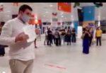 Romanticismo alle stelle all'aeroporto: proposta di matrimonio inaspettata agli arrivi
