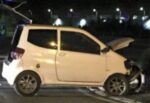 Mini car si schianta contro auto in sosta e travolge scooter, conducente scappa: 2 feriti