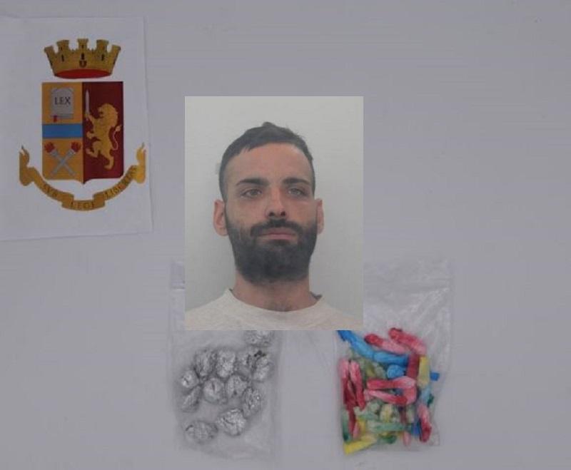 Perquisizione in terrazza, agenti trovano pusher residente altrove con marijuana e cocaina
