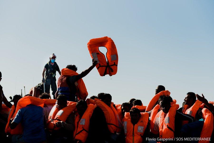 Minacce e paura per 180 sopravvissuti sulla Ocean Viking, alcuni vogliono buttarsi in mare: le angoscianti STORIE
