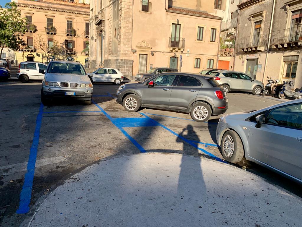 Catania, le strisce blu in piazza Cavour fanno già discutere: la protesta dei cittadini