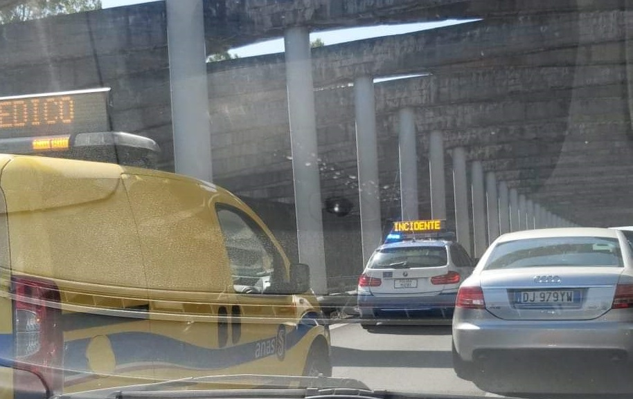 Incidente sulla tangenziale di Catania, sei veicoli coinvolti in un tamponamento a catena: un ferito