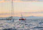 Imbarcazione a vela in difficoltà nel Catanese, il vento la spinge lontano dal porto: salvate 4 persone