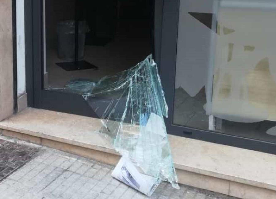 Sfonda vetrata di un bar in via Manzoni e rapina altri 2 esercizi: arrestato ladro seriale, a tradirlo alcuni gelati rubati