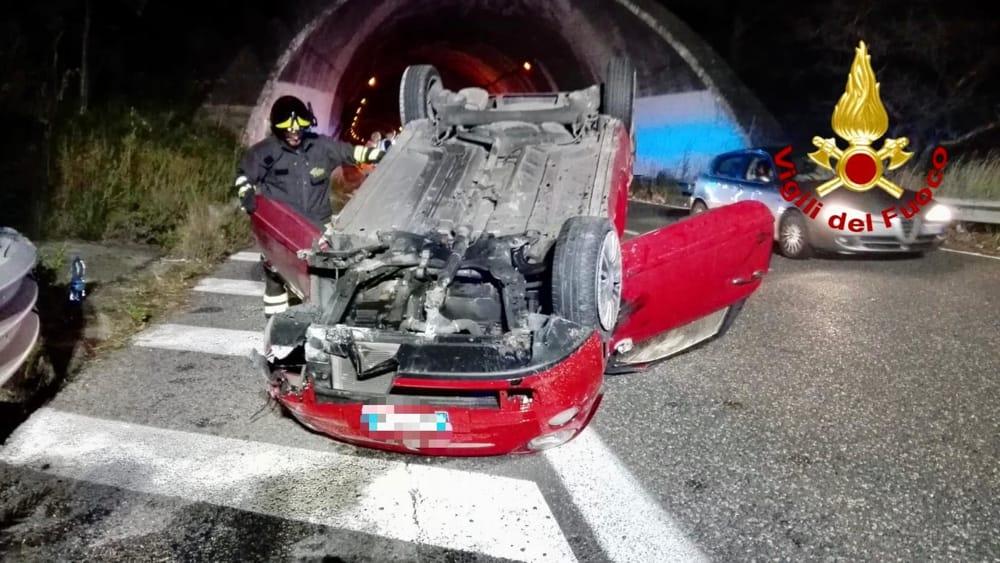 Incidente sulla Messina-Palermo, auto si ribalta: due feriti estratti dalle lamiere
