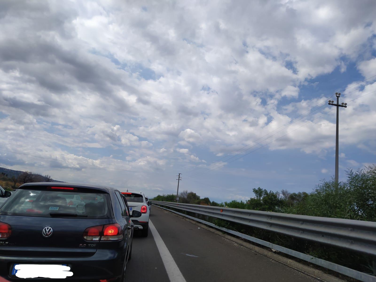 Scontro tra più auto e un mezzo a due ruote sulla Catania-Siracusa: un ferito