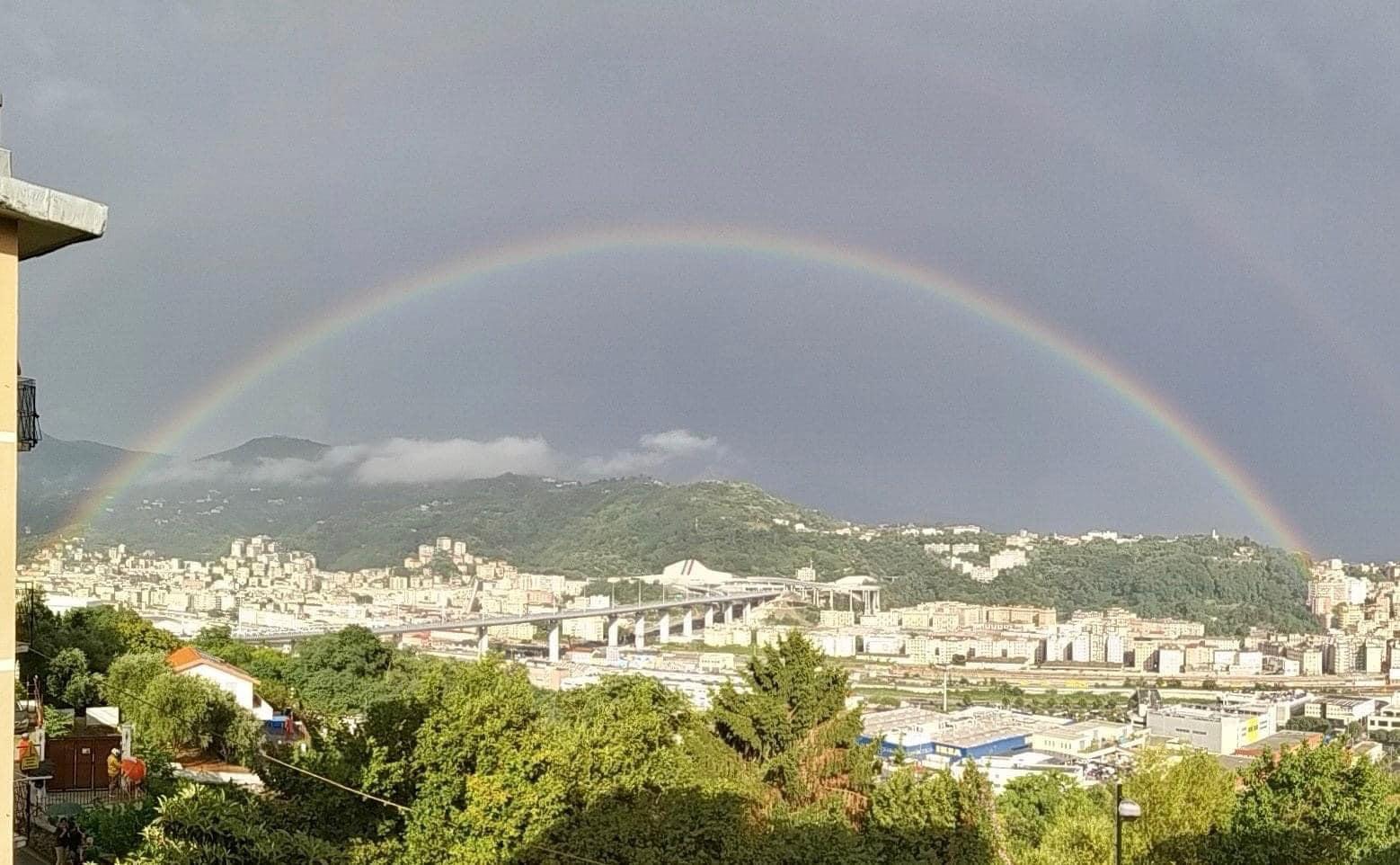"""Nuovo Ponte di Genova, inaugurazione nel ricordo delle vittime del crollo: un arcobaleno """"abbraccia"""" i genovesi"""