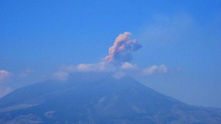 Etna, emissione di cenere e attività stromboliana: continua l'attività del vulcano