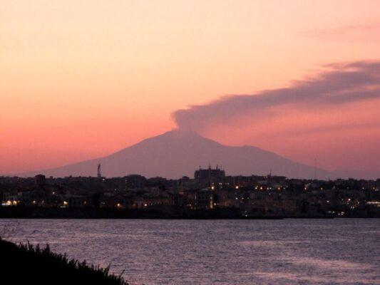 """Etna, continua l'attività stromboliana e """"piove"""" cenere. Il resoconto dell'INGV"""