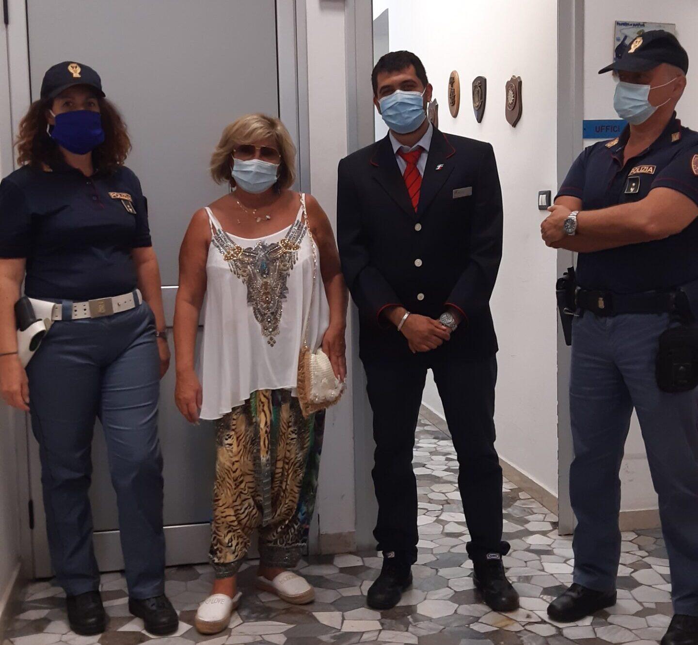 Dimentica borsello con oltre 5mila euro in treno, 26enne lo trova e lo consegna alla polizia: ricompensato dalla turista