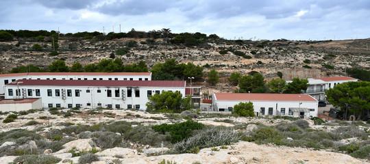 Migranti a Lampedusa, via ai trasferimenti: 216 persone lasciano l'hotspot
