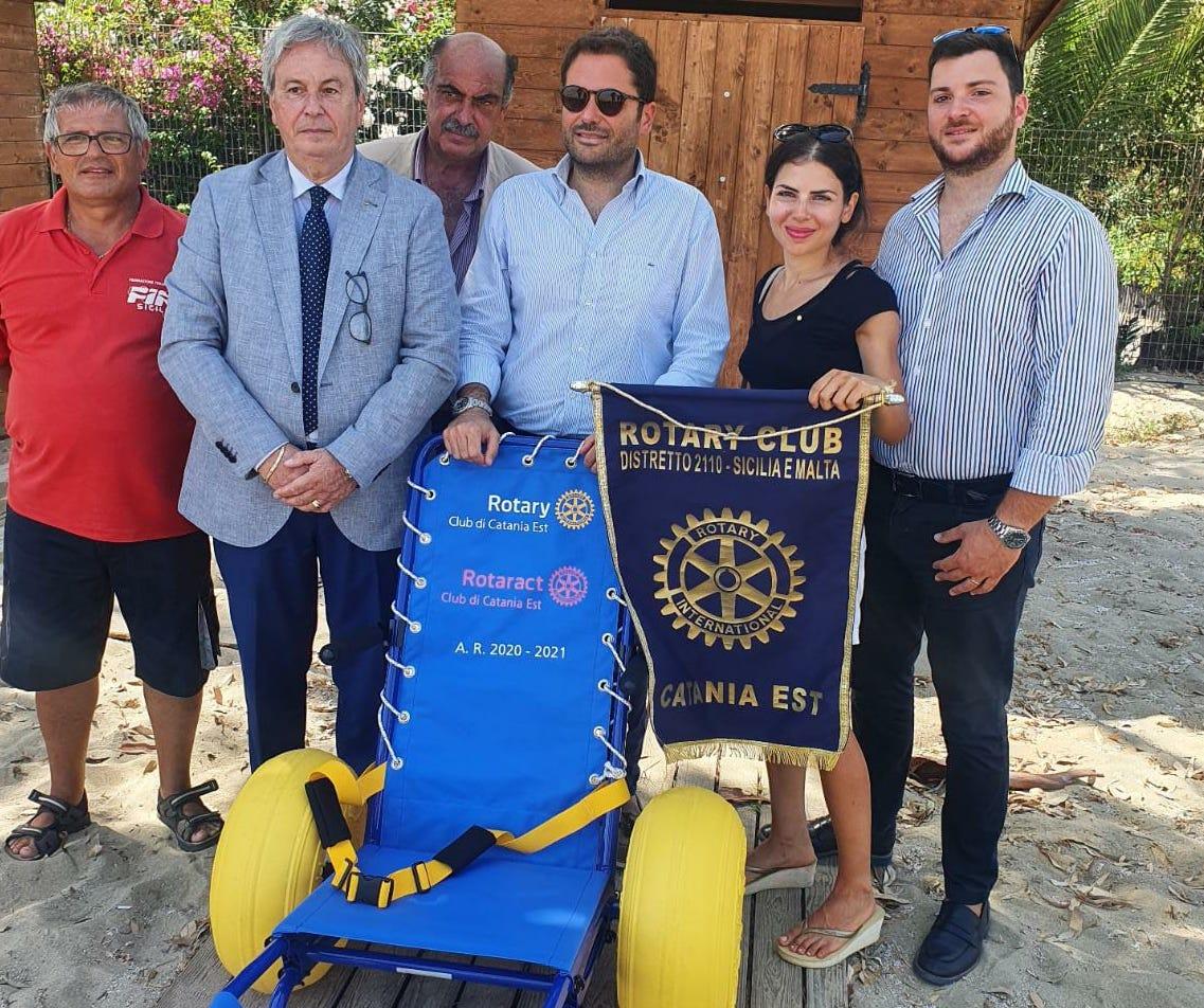Playa di Catania ancora più accessibile: donata dal Rotary Club una sedia per disabili