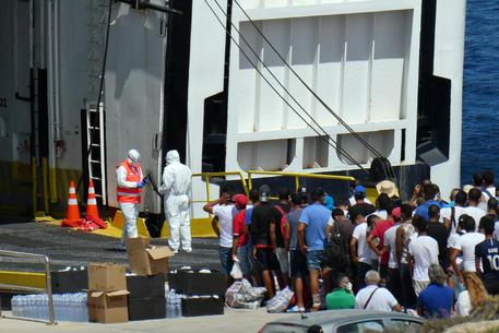 Lampedusa, trasferiti altri 350 migranti sulla nave quarantena: il bilancio è di 12 positivi e 6 sospetti