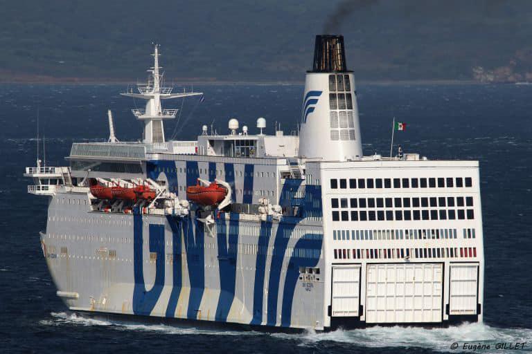 Condizioni meteo avverse, la nave quarantena cambia rotta: stop al trasbordo di migranti