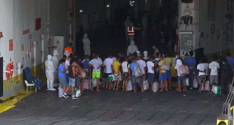 Migranti, a Lampedusa arriva la nave-quarantena. Alleggerito l'hotspot: operazioni in corso – VIDEO
