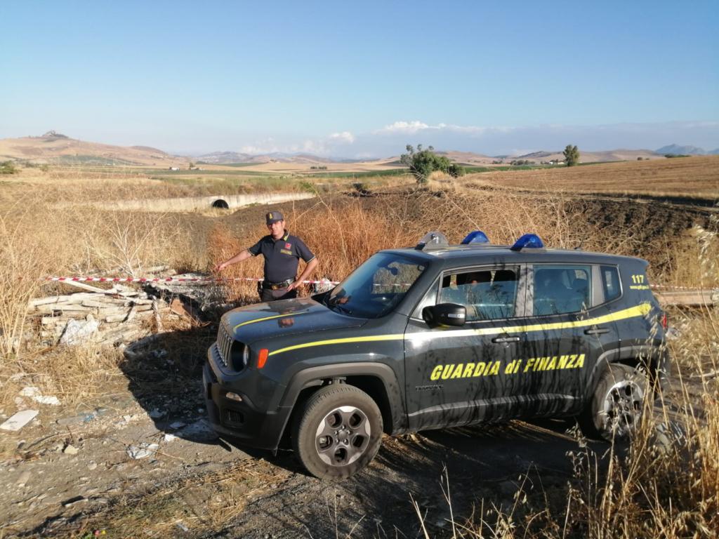 Discarica abusiva, rifiuti speciali pericolosi abbandonati in un terreno: denuncia e sequestro