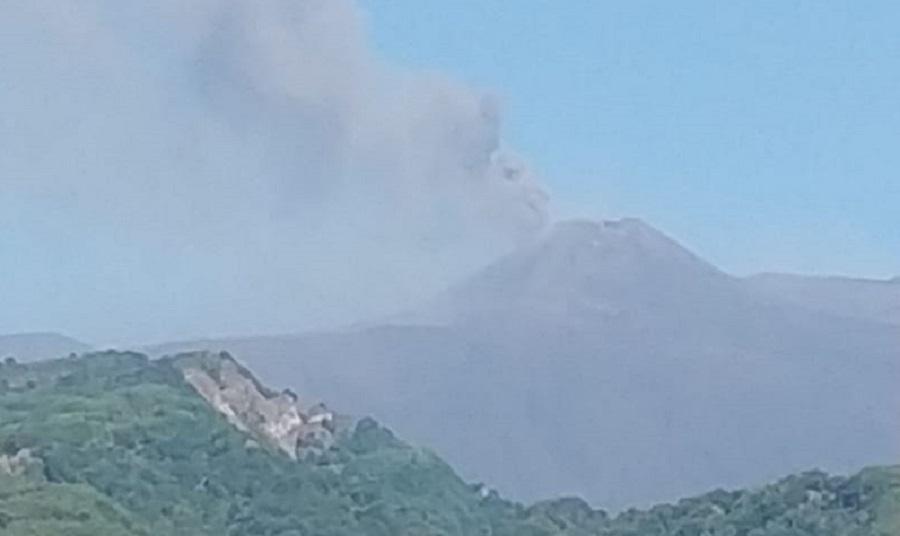 """L'Etna """"fuma"""" ancora, nube alta oltre 4 chilometri: discontinua e modesta emissione di cenere"""