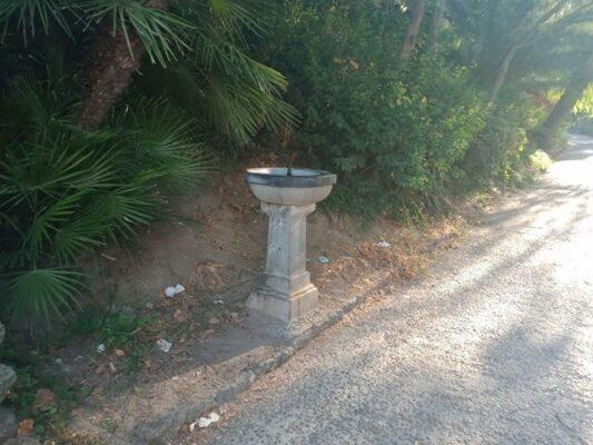 """Villa Bellini, la segnalazione di un lettore: """"Visitatori bevono acqua non potabile da fontana con cartello troppo piccolo e vecchio"""""""