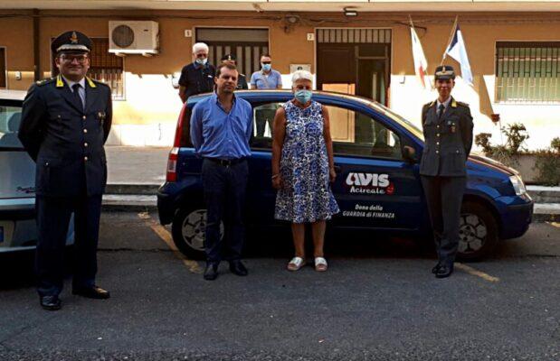 Acireale, Guardia di Finanza dona auto alla locale sezione A.V.I.S.: la cerimonia di consegna