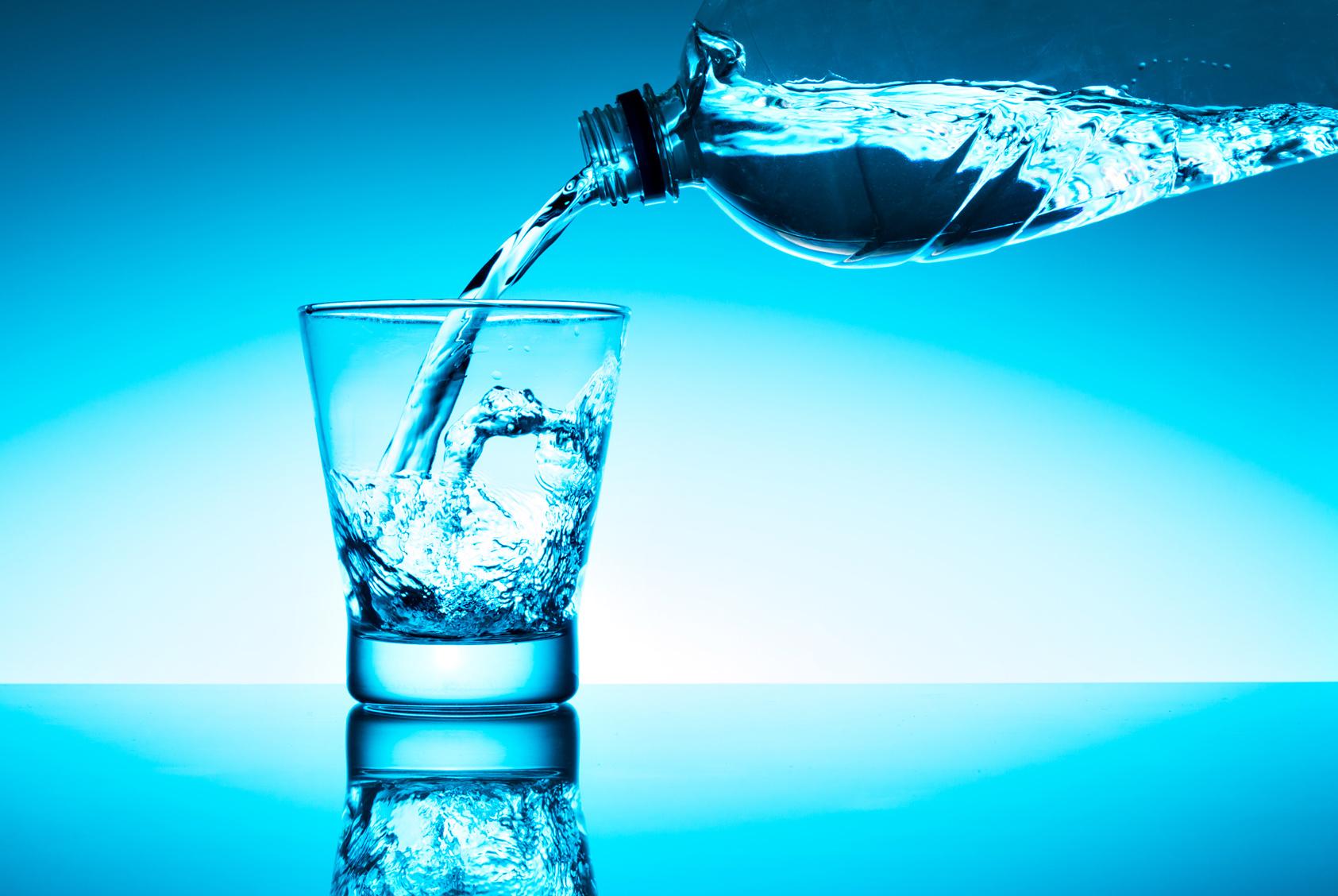 Acqua minerale, quale scegliere per la salute e perché: verità, falsi miti e consigli dell'esperta