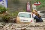 Dramma sulla Panoramica, frana blocca auto: donna porta in salvo il padre disabile – VIDEO